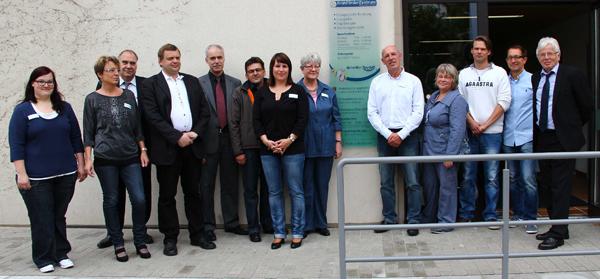 Der neue und Behindertengerechte Eingangsbereich mit den Gästen (v.li.): Johanna Blum (FFZ), Viola Römhild (FFZ), Mathias Kirschner (Architekt), Johannes van Horrik (Stadtbauamt), Martin Ködding ( Geschäftsführer Klinikum), Jörg Schuhmann (Kreisbauamt), Simone Lohrey (FFZ), Karin Otto-Lange (Pflegedirektorin Klinikum), Manfred Wiedemann (FFZ-Leiter), Elke Hohmann (Stadträtin), Oliver Röbke (roe-designz), Patrick Schmidt (roe-designz) und Heino Stange (Prokurist Klinikum). Fotos: Manns
